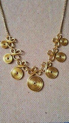 Collar de alambre dorado