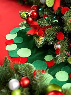21 Christmas Tree Skirts to Make- I was looking for a cute Christmas craft for the kids:) How perfect for them to make a skirt for their tree!