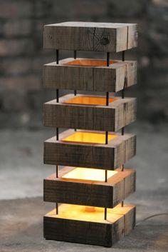 Luminária de canto escalonada em madeira reciclada Fabricado no Brasil por ateliedorestaurador.com