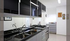 cozinha-pequena-com-armario-aereo-em-vidro-preto