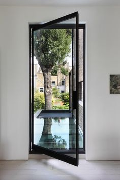 This London house extension for a gallery director features a large round window…