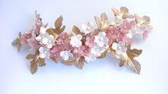 Tocado en forma de semi corona con flores y hojas de porcelana // headdress crown with porcelain flowers and leaves