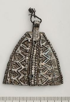 Viking age silver pendant found at Birka Viking Jewelry, Ancient Jewelry, Old Jewelry, Medieval Jewelry, Modern Jewelry, Viking Garb, Viking Dress, Viking Ship, Ancient Vikings