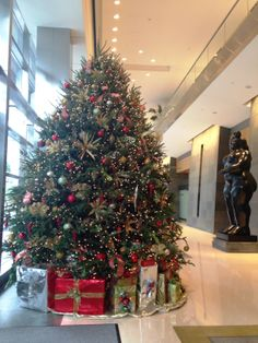 A classic Christmas tree will never go out of style (at @Mandy Dewey Seasons Hotel Miami).