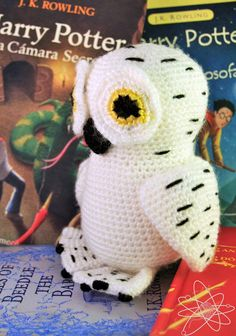 Happy I hope you all have a magical year!May I present Hedwig, my first amigurumi of the year! I hope you all like it! Hedwig is a snowy owl, owned by Harry Potter. Peluche Harry Potter, Harry Potter Owl, Harry Potter Items, Owl Crochet Patterns, Crochet Birds, Loom Patterns, Crochet Frog, Knitting Projects, Crochet Projects