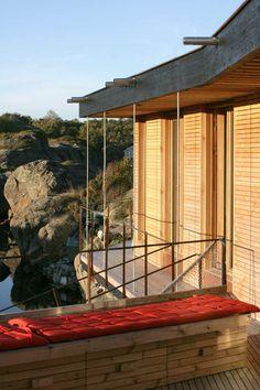 Bereiche verbindet schmale Terrasse mit Holzdielen