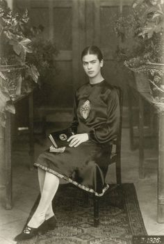Painter Frida Kahlo was a Mexican self-portrait artist who was married to Diego Rivera and is still admired as a feminist icon. Diego Rivera, Frida E Diego, Frida Art, Natalie Clifford Barney, Famous Artists, Great Artists, Foto Portrait, Childhood Photos, Mexican Artists