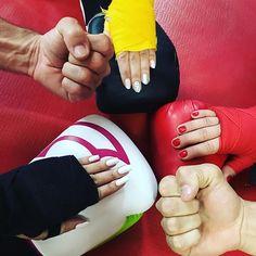 Nail art com boxe!  . Foto com as amigas do treino e da vida @mii_conde e @yaragracindo . Com o prof Celio e o Kaique #muaithay #boxe #5anosdetreino
