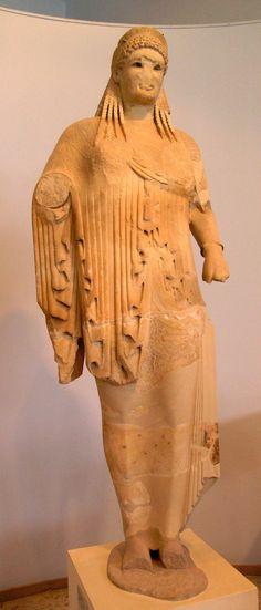 Nome o titolo: Kore di Antenore Autore o attribuzione: Antenore Data e periodo: 525 a.c, Periodo Arcaico Materiale e tecnica: marmo Luogo di attribuzione: Atene, Museo dell'Acropoli