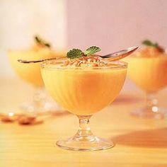 Bata no liquidificador meio mamão papaya com um copo de iogurte natural desnatado e um envelope de gelatina diet sabor tangerina. Leve à geladeira em taças de sobremesa.  Porção 120g: 50 calorias