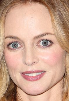 Close-up of Heather Graham at a 2018 screening of 'Half Magic. Hollywood Fashion, Hollywood Actresses, Austin Powers Girls, Smoky Eyeliner, Heather Graham, Michelle Rodriguez, Alexandra Daddario, Monica Bellucci, Celebrity Makeup
