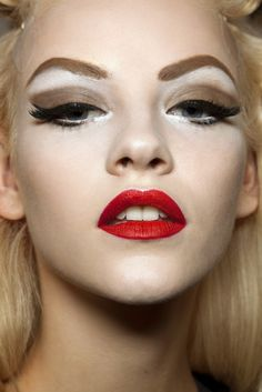 Christian Dior SS 2011 Makeup, so striking hard edged. pale skin, red lipstick and cat eyes with brown shadow tones, heavy eyeliner and lots and lots of mascara Dior Makeup, Beauty Makeup, Eye Makeup, Hair Beauty, Retro Makeup, Eyebrow Trends, Eyeliner, Eyeshadow, Eye Brows