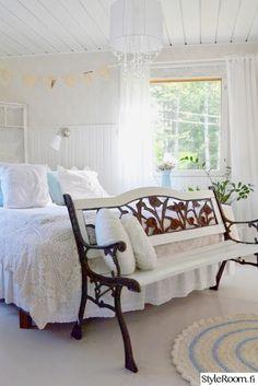 makuuhuone,penkki,valkoinen,maalaisromanttinen,makuuhuoneen sisustus