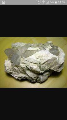 Pegmatita  Roca ígnea que la forma más común de encontrar este mineral es en forma de intrusiones graníticas. Pueden formar bolsas que contengan formaciones cristalinas. Esto es porque los cristales son libres de crecer en el espacio de la bolsa sin distorsionarse. Son de bajo tonelaje y alto tenor Forma podos, vetas o cueros irregulares. Son la fuente principal de varios metales alkalinos raros (Li, Rb, Cs) y metales como W, Mo, Sn, Th, U, Ta, Nb, Zr. Sus minerales son óxidos y silicatos.