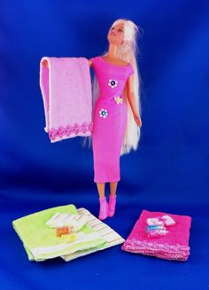 DIY No Sew Towel Handmade Towel Set for Barbie Doll made with baby face clothes and ribbon. Tiny glitter bottles make perfect Barbie Doll shampoo and conditioner accessories. Easy to make Barbie Doll accessories. Sewing Barbie Clothes, Barbie Dolls Diy, Baby Barbie, Barbie Stuff, Barbie Party, Doll Stuff, Doll Clothes, Barbie Furniture Tutorial, Diy Barbie Furniture