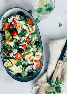 Griekse couscoussalade met gegrilde courgette Grilled Zucchini, Grilled Vegetables, Salad Recipes, Healthy Recipes, Healthy Food, Lunch Restaurants, Grilled Peaches, Food Inspiration, Breakfast
