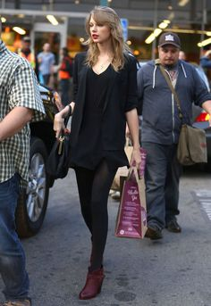 This is how Taylor Swift looks carrying a Whole Foods shopping bag.