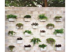 Linda parede feita com blocos ecológicos que juntos formam um jardim vertical de concreto.   www.lajlucas.com.br