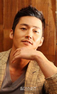 jang hyuk as bruce banner / hulk Busan, Fated To Love You, Romantic Doctor, The Great Doctor, Handsome Korean Actors, Hot Asian Men, Jang Hyuk, Kim Woo Bin, Korean Star