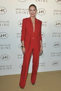 """Menswear-Inspired Suits: Heidi Klum put a new spin on """"lady in red"""" with this crimson Michael Kors suit. Heidi Klum, Red Tuxedo, Female Tuxedo, Female Suits, Women Tuxedo, Pantsuits For Women, Red Suit, Looks Chic, Trouser Suits"""