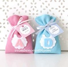 Treat bags made of felt Do it yourself? Distintivos Baby Shower, Regalo Baby Shower, Baby Shower Favors, Baby Shower Parties, Baby Crafts, Felt Crafts, Diy And Crafts, Crafts For Kids, Baby Shawer