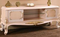 Asortie müşterileri için özel üretilen Alize TV Sehpası, antik krem üzerine uygulanan altın varak ile ön plana çıkıyor. http://www.asortie.com/tv-unitesi-141-AlizeTv-Sehpasi