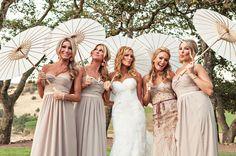 Bridesmaids holding parasols - trés chic!