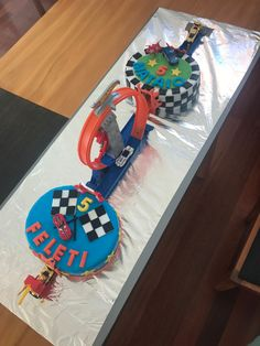 New Birthday Cake For Boys Cars Hot Wheels Ideas New Birthday Cake, Race Car Birthday, Cars Birthday Parties, Birthday Gifts For Teens, Third Birthday, Hotwheels Birthday Cake, Teen Birthday, Birthday Ideas, Hot Wheels Cake