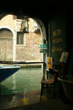 """Librería Alta Acqua de Venecia. La homóloga de la librería parisina Shakespeare and Company. En la entrada nos encontramos un cartel en castellano: """"Bienvenidos a la la tienda de libros más bonita del mundo"""""""