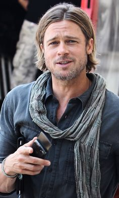 at you Brad Pitt. On point!lookin at you Brad Pitt. On point! Vivienne Marcheline Jolie Pitt, Jennifer Aniston, Brad Pitty, Brad Pitt Hair, Hair And Beard Styles, Long Hair Styles, Brad Pitt And Angelina Jolie, Hottest Male Celebrities, Celebs