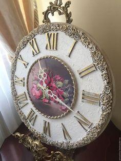 Купить или заказать Часы настенные Викторианская роза в интернет-магазине на Ярмарке Мастеров. Часы настенные, диаметр 40 см, объемные декоративные розы ручной работы с легким золочением патинированы, декоративная шт укатурка, цифры- жидкая поталь, патинированы, объемный декор, толщина 2см, выемка под механизм для плотного прилегания часов к стене, подвес. Авторские настенные часы ручной работы.