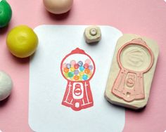 Candy machine hand carved rubber stamps bubblegum // sello con forma de maquina de caramelos
