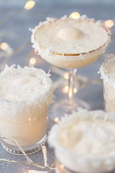 Non-Alcoholic Holiday Punch Recipe (Festive Snow Punch) This FESTIVE SNOW PUNCH is our favorite non-alcoholic Christmas punch to make around the holidays–something for the whole family! Non Alcoholic Christmas Punch, Christmas Mocktails, Alcoholic Punch Recipes, Party Punch Recipes, Drinks Alcohol Recipes, Holiday Drinks, Alcoholic Drinks, Drink Recipes, Yummy Drinks
