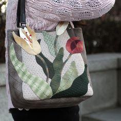 엔조이퀼트 [엔조이퀼트] 퀼트패키지 가방- 봄날엔 ... Patchwork Bags, Quilted Bag, Japanese Bag, Pouch, Wallet, Quilted Wall Hangings, Handmade Bags, Beautiful Bags, Mini Bag