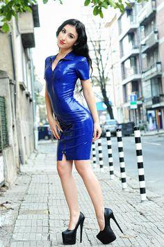 Kurzarm-Latex Kleid mit Reißverschluss vorne. von LovnBlackLatex