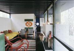 Teräskehikkoon rakennetun Mökki Ilosen (1970) ulko-ovessa pallon muotoinen kurkistusikkuna.