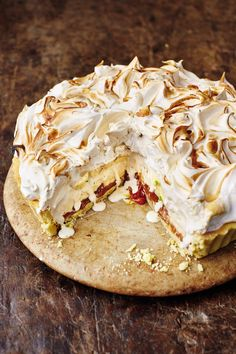 The marriage of two delicious desserts – banoffee pie and baked Alaska – from Jamie Oliver's Christmas Cookbook resulted in this Banoffee Alaska recipe. Jamie Oliver, Meringue Recept, Almond Pastry, Banoffee Pie, Banoffee Recipe, Mince Pies, Christmas Pudding, Egg Recipes, Recipies