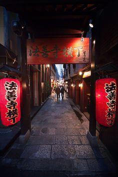 Hozenji Yokocho : Dotonbori, Osaka, Japan / Japón