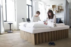 mobiles Pappbett im Büro, cardboard bed in an office http://de.roominabox.de/collections/all/products/das-pappbett-2-0