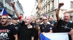 Szörnyű, ami azzal a 16 éves lánnyal történt, aki az elfogadás mellett szólt a neonáci tüntetésen