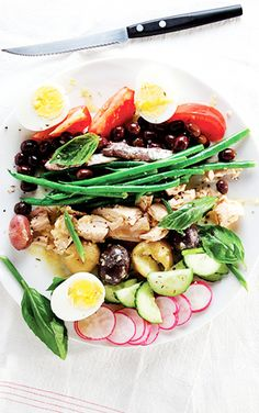 Five Approaches To Economize Transforming Your Kitchen Area Salade Nicoise - Traditionally Made With Local Olives, Oil-Cured Tuna, And Anchovies, This Protein-Rich Salad From Provence Has Become A Staple Of Brasseries All Over France. Radish Recipes, Healthy Recipes, Salad Recipes, Cooking Recipes, Easy Recipes, Classic French Dishes, French Food, Clean Eating, Healthy Eating
