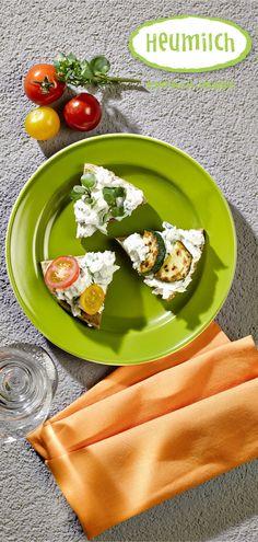 Heumilch-Labné  Labné ist ein Frischkäse aus abgeropftem Joghurt. In der levantinischen Küche wird er meist mit Olivenöl und Weißbrot verzehrt, mit Brunnenkresse wir er zum heimischen Aufstrich.  (Heumilch, Rezept, Essen, Kochen, Rezeptideen, Frischkäse, Joghurt, gesud, leichte Küche, schnelles Rezept, Vegetarisch, Käse selber machen, Häppchen, Buffet, leichte Küche) Buffet, Napkins, Tableware, Fast Recipes, Yogurt, Milk, Eat Lunch, Food Dinners, Dinnerware