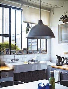 love the sink + lamp