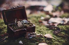 """""""Algo que me alucina de las bodas es el cuidado extremo que ponen los novios a los detalles. Cada boda es diferente y repleta de cositas y mensajes que ellos han estado trabajando durante meses, todo para compartir con sus seres queridos un día única en la que demostrarles todo su cariño ❤  FOTO: Anillos #steampunk de @un_romeo_para_ti  #aniadeozphoto #unromeoparati #postwedding #postboda #steampunkwedding #rings #details #green #forest #nature #dark #alternativewedding #weddingdetails…"""
