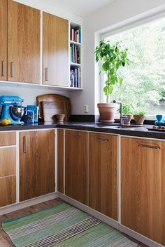 Home decor retro Old Kitchen, Kitchen Dining, Dining Room, Home Interior, Interior Design, Cherry Cabinets, Scandinavian Kitchen, Kitchen Cabinetry, Pretty Room