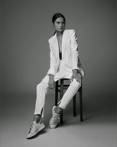 Les baskets twistent à merveille un costume femme Anna Orman styled by India Trusselle and photographed by Alice Fisher for Kneon Magazine Studio Poses, Studio Shoot, Fashion Photography Poses, Fashion Poses, Photoshoot Inspiration, Mode Inspiration, Model Test, White Suits, Mode Style
