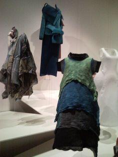 Issey Miyake Fashion History, Fashion Art, Love Fashion, Fashion Design, 20th Century Fashion, Textiles, Street Outfit, Casual Chic Style, Issey Miyake