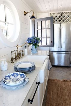 My Favorite Blue and White Dishes Easy Home Decor, Home Decor Kitchen, Kitchen Design, Kitchen Ideas, Neutral Couch, Blue And White Dinnerware, Blogger Home, Cute Kitchen, White Dishes