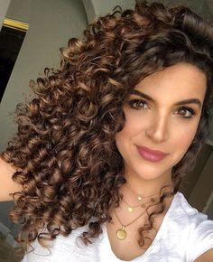 One thing I hated about wash days was that it took FOREVER to detangle my day curls in the shower 🤦🏻♀️ But that was before curly hair Brown Curly Hair, Curly Hair With Bangs, Colored Curly Hair, Curly Hair Cuts, Short Curly Hair, Curly Hair Styles, Highlights Curly Hair, Brown Hair With Highlights, Balayage Hair