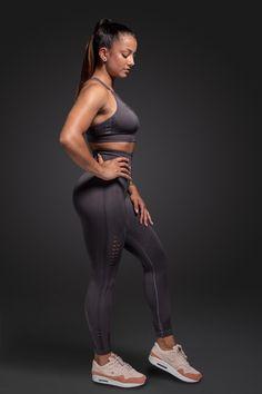 Unsere Leggings bietet perfekten Komfort während dem Sport, ist blickdicht und atmungsaktiv. Dank des nahtlosen Designs lässt sich unsere Leggings wunderbar tragen und hinterlässt keine unangenehmen Druckstellen. #milary #gym #leggings #fitnessmotivation #womenpower #girlpower Fitness Motivation, Leggings, Yoga, Komfort, Designs, Lavender, Sporty, Women, Style